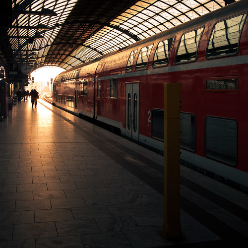 sunlight berlin station train sunrise track zug bahnhof re spandau gleis regionalexpress sonnenlicht sonnenaufang