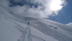 Čerstvé sjezdařské stopy vypadají sice hezky, ale projíždějící lyžař byl při sjezdu pořádně slyšet, a jódlování to nebylo. Od kamenů jiskry létaly…