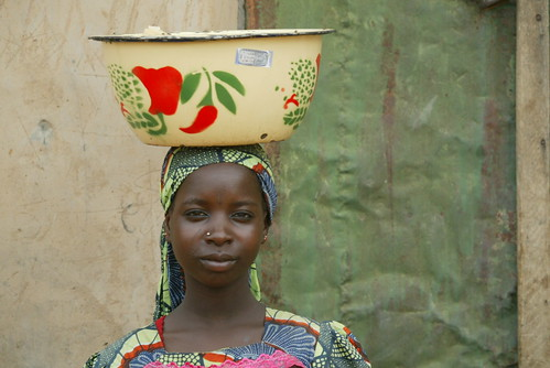 Jun/2005 - A young girl sells food to villagers outside Kano, Nigeria (photo credit: ILRI/Stevie Mann).