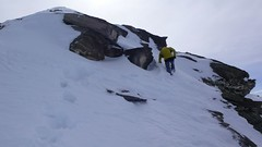 Navíc se do nesoudržného sněhu boříme po kolena.