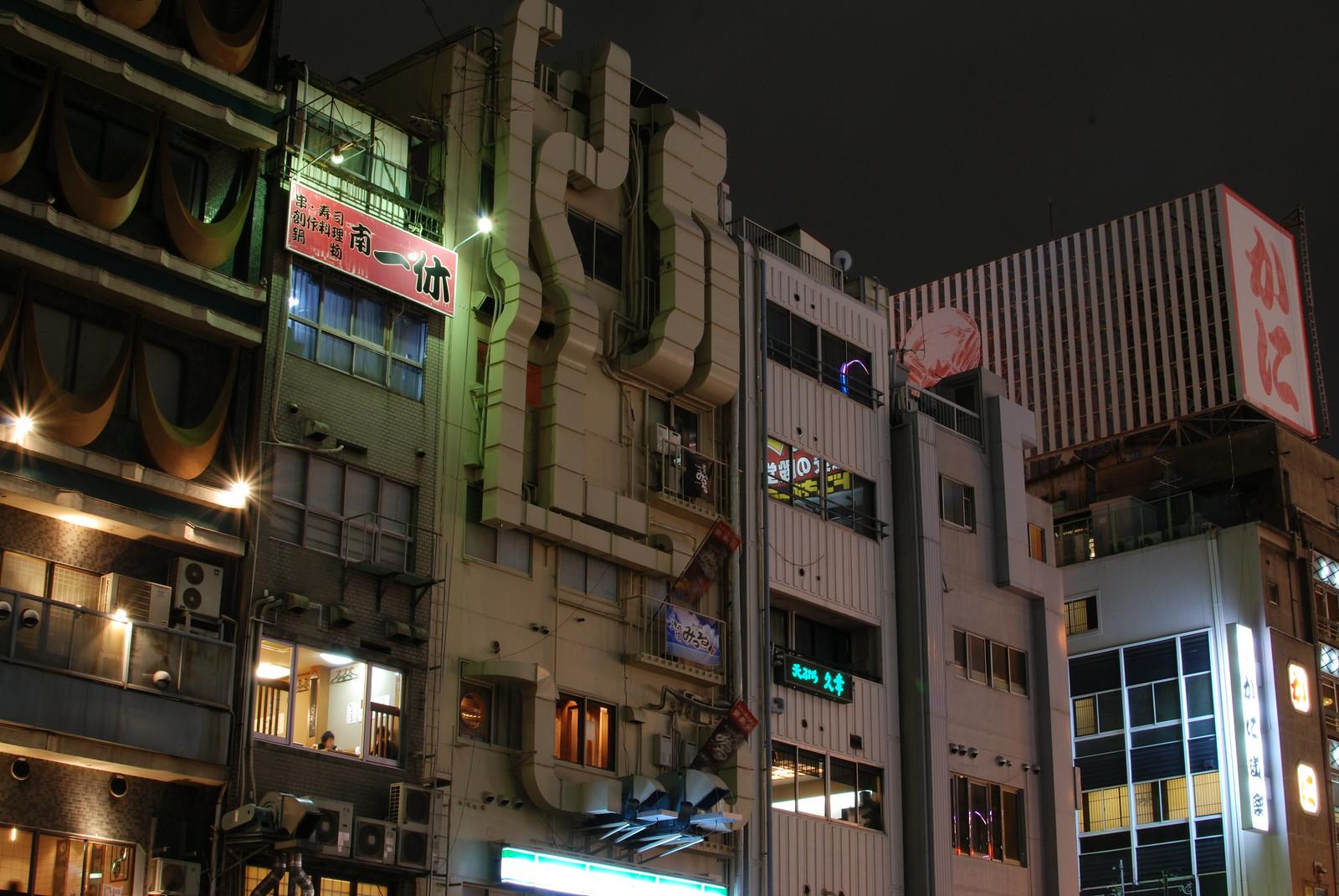 Parte posterior de la calle Dotombori en Osaka
