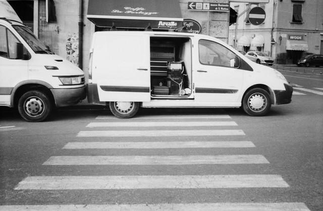 si parcheggia bene sul passaggio pedonale