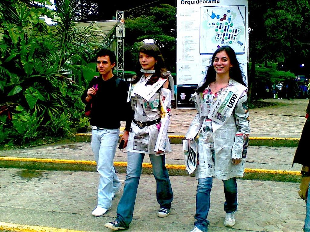 Les Diseñan Vestidos De Periódico Para Combatir El Frío Flickr