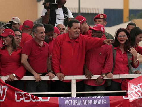 Hugo Chávez saludando al pueblo | by Globovisión