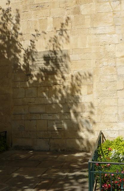 Saint Jean de Luz (Pyrénées Atlantiques): église Saint Jean Baptiste, la porte par laquelle sont passés Louis XIV  et l'Infante pour la célébration de leur mariage a été murée.