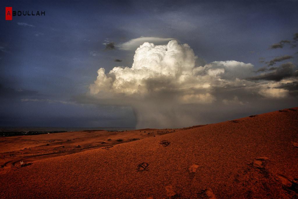 لحظه هطول المطر جعل السحاب اللي معه برق ورعود يمطر على د Flickr