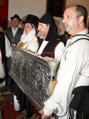 Autoridades con una pieza del Trono