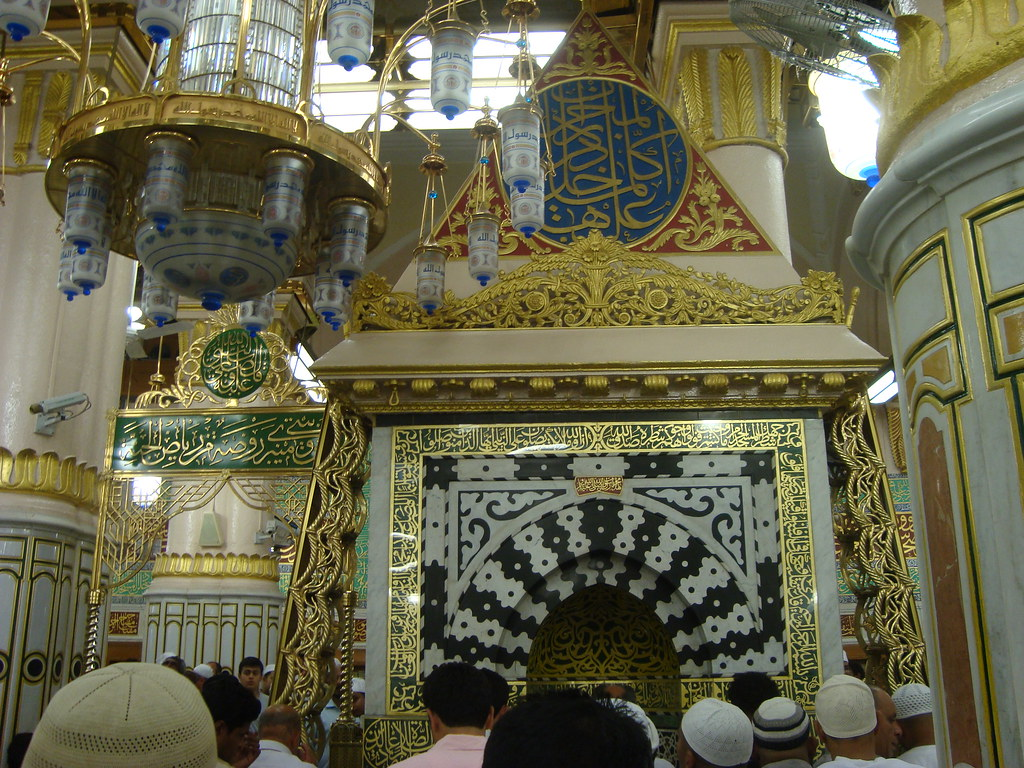 Image result for Ornamen segitiga di mihrab Masjid Nabawi