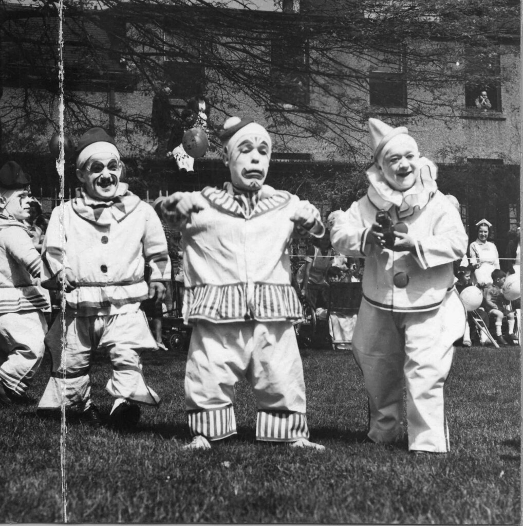 Valuable pictures of midget clowns commit error