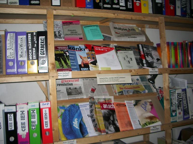 Auslage neue Zeitschriften im Infoladen