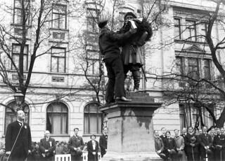 """Statuen av Peter Wessel Tordenskiold bekranses av en matros fra skoleskipet """"Tordenskiold"""" (1931)"""