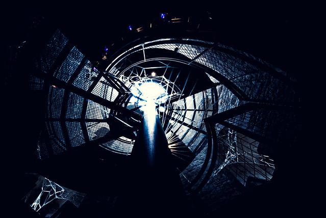 Plus claire la lumière, plus sombre l'obscurité... Il est impossible d'apprécier correctement la lumière sans connaître les ténèbres. (JP Sartre)