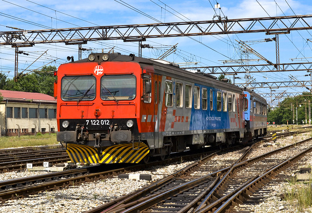 HŽ 7122 012 + 7122 035, train 2608; Vinkovci, 27.6.2017.