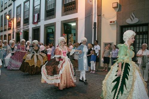 Desfile previo en la Calle Real