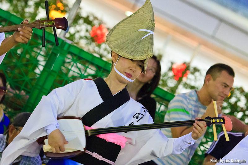 Tocando un shamisen en el festival Awa Odori de Tokushima