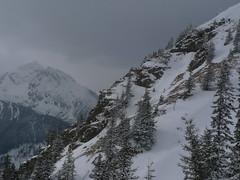 Z místa, kde svačíme a následně sjíždíme do údolí, pozorujeme kamzíky a zhoršení počasí.