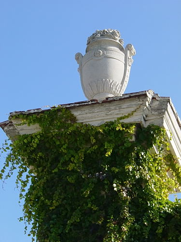 Wien - Vienna - Augarten - Architekturdetail auf Gruen