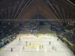 Davos je hokejovou metropolí Švýcarska. Místní HC sbírá tituly jako na běžícím pásu. HCD hraje ve skvostné dřevěné hale, kterou možná znáte z přenosů ze známého Spengler Cupu.