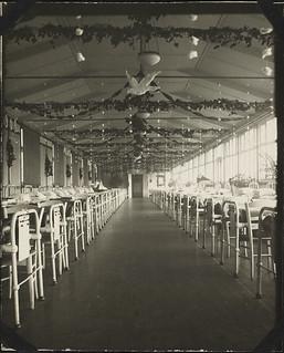 Ward 8, No. 6 Canadian General Hospital, decorated for Christmas 1918, Joinville-le-Pont, France / La salle 8 de l'Hôpital général canadien no 6 décorée pour Noël 1918, Joinville-le-Pont, France