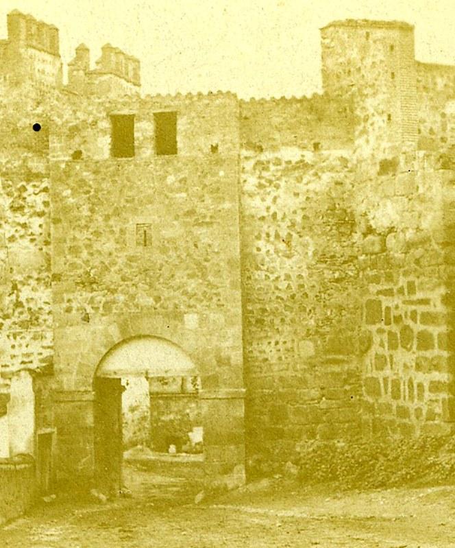Parte trasera de la Puerta de Alcántara antigua situada junto al Puente de Alcántara y demolida en julio de 1864. Fotografía estereoscópica de Eugene Sevaistre y Alexis Gaudin