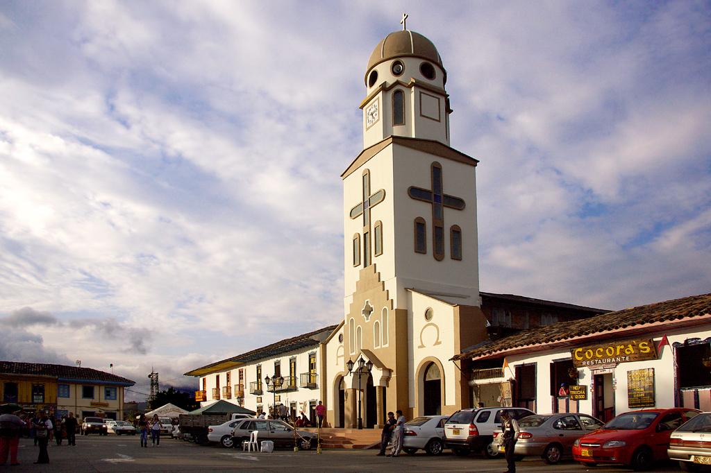 Una iglesia grande en una plaza de pueblo - Imágenes de Salento, Quindío