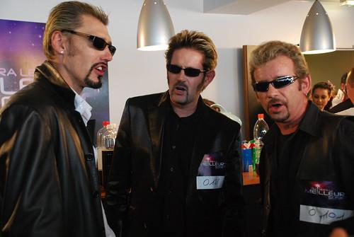 Tres personas caracterizadas con un mismo personaje presentándose a un casting.