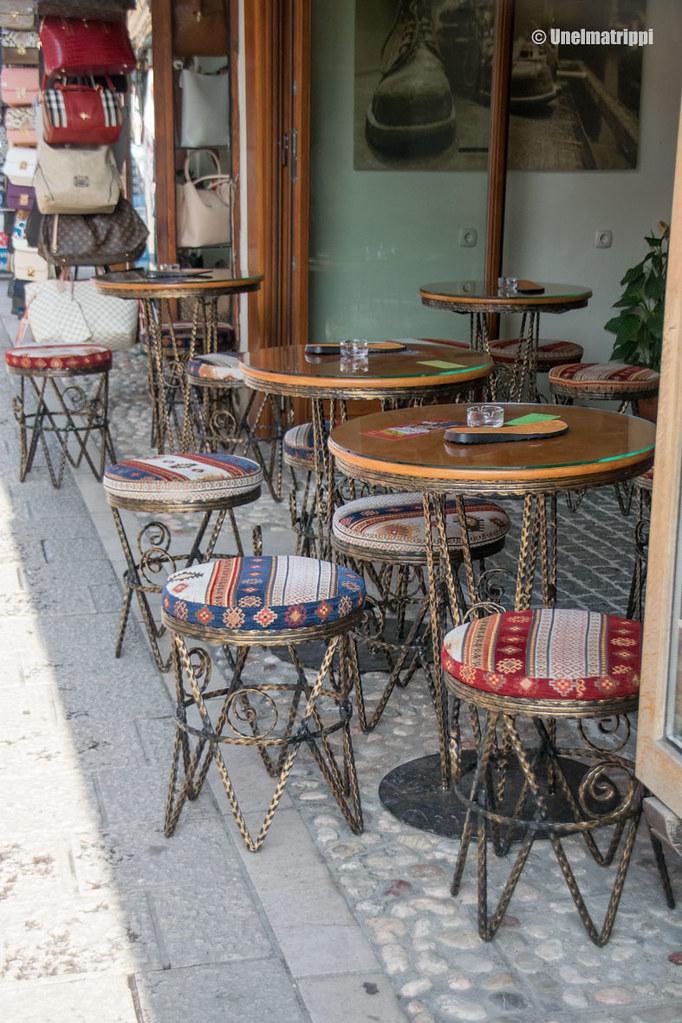 Kahvilan tuoleja Sarajevon vanhoilla kujilla