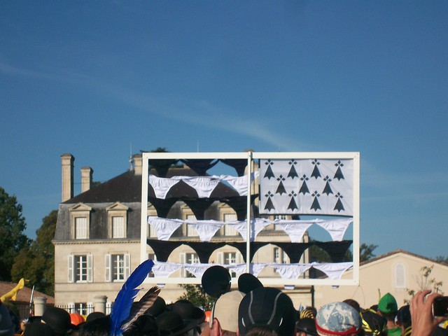 marathon du medoc 2010 : étendard de petites culottes pour les Breizh Brothers