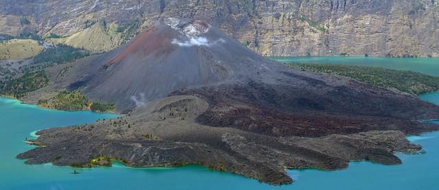 Estratovolcán y coladas en una caldera - Anak Gunung Rinjani (Lombok, Indonesia) 01