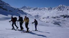 Po silnici na Flüelapass jsme dojeli do Tschuggenu (1800 m) a odtud vyrazili na lyžích do kopce.