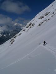 Nastupujeme do prudkého svahu, sněhu bohužel není tolik, kolik bychom si přáli.