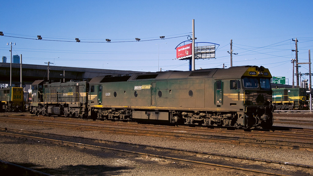 G525 and P22 at Dynon by michaelgreenhill