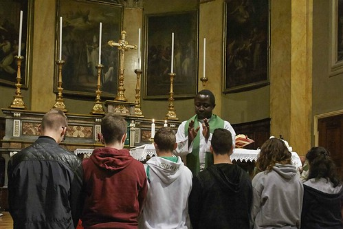 Raccolta fondi per i bambini di Padre Vincent con don Gianluca e don Gianni della parrocchia  Arcipreturale Dei Ss. Ambrogio e Theodulo a Stresa