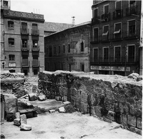 Restos de la muralla del Alficén en Zocodover en los años 40. Foto de Pedro Román | by eduardoasb