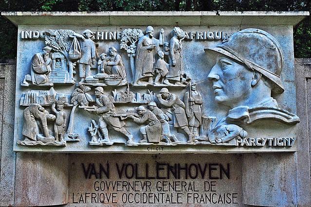 22 - 14 juillet 2010 Sur la route de Longpont Le monument Van Vollenhoven