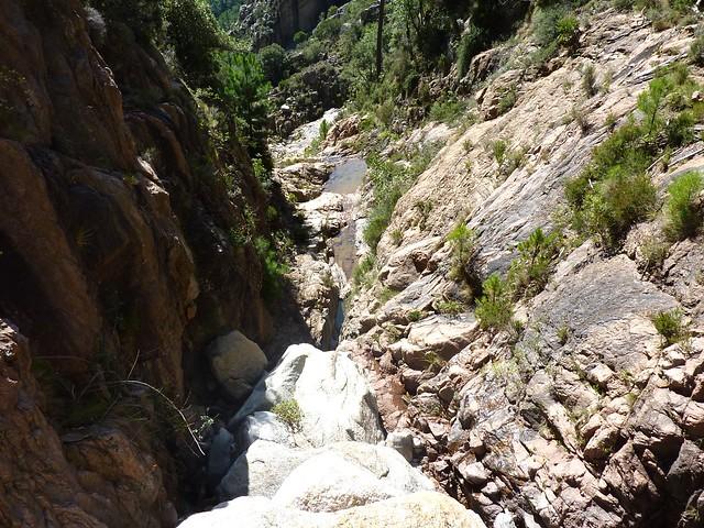 Dans le boyau rocheux : vue vers l'aval depuis le sommet du bloc coincé