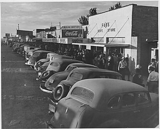 Eloy, Pinal County, Arizona. Crowds of cotton pickers on main street of Eloy late Saturday afternoon., 11/1940