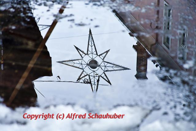 Weihnachtsbeleuchtung spiegelt sich im Tauwasser /  defrost water reflects the Christmas illumination