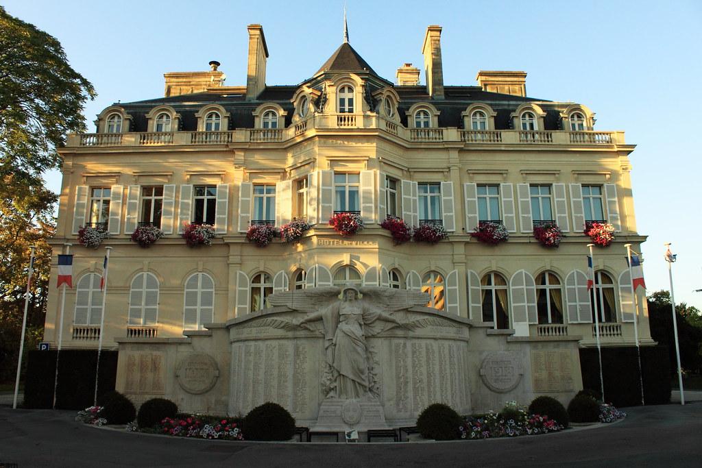 Hôtel de ville, vu depuis l'avenue de Champagne