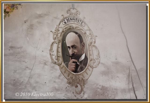 Retrato, pintado en la pared de un antiguo teatro, de J. Benavente.