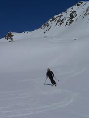 Prvních 300 výškových metrů dolů bylo idylických, lyže se však občas začínají mírně bořit.