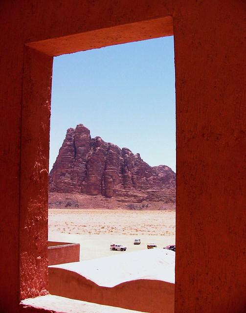 JORDANIEN - Wadi Rum ,  Blick durch Rahmen auf Seven Pillars of Wisdom