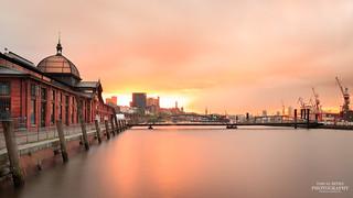 Die Altonaer Fischauktionshalle in Hamburg im Sonnenaufgang   by diablopb