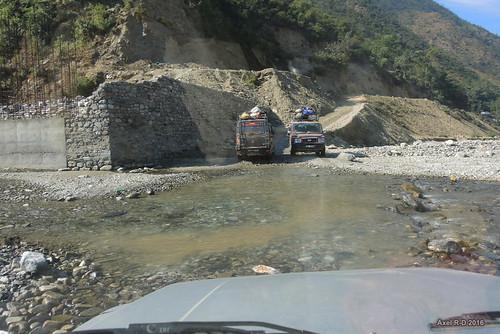 jeep nepal préci pont rivière