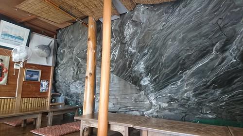 店は溶岩に張り付くように建っている