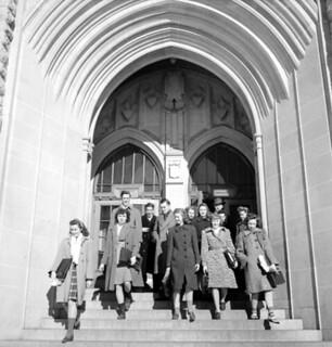 Students leaving the Chemistry Building, University of Saskatchewan, Saskatoon /  Des étudiants sortant de l'édifice consacré à la chimie, Université de la Saskatchewan, à Saskatoon