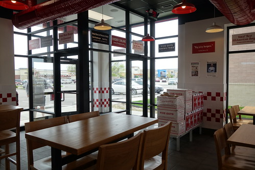 iowa cedarrapids fiveguys restaurant burgerjoint view tables inside sonyrx100ii 2017