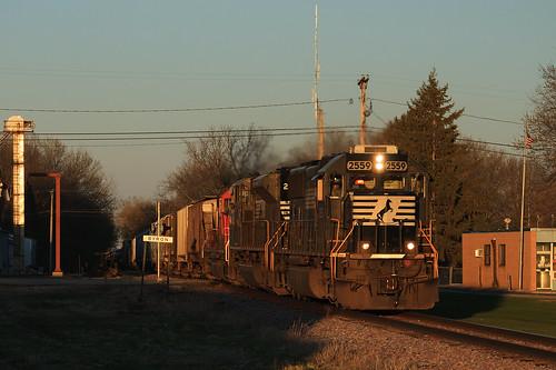 sunset ns locomotive norfolksouthern goldenlight 471 emd byronmn ns2559 emdsd70 wasecasubdivision