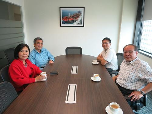 圖14莊理事長、陳監事與中油公司新加坡子公司曲副總、陸經理合影
