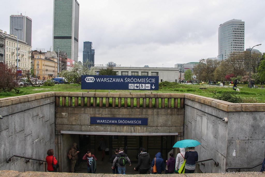 Вход на подземную жд станцию в центре Варшавы